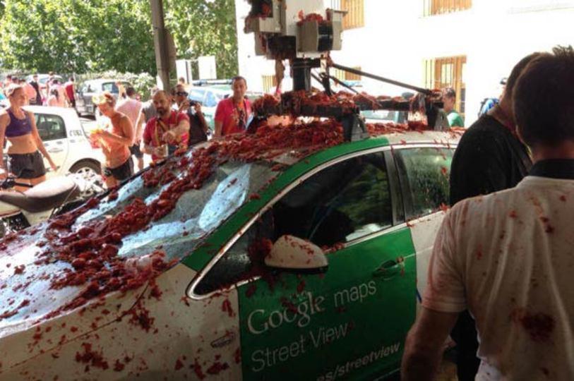 グーグルカー、スペインのトマト祭に遭遇し真っ赤に染まる