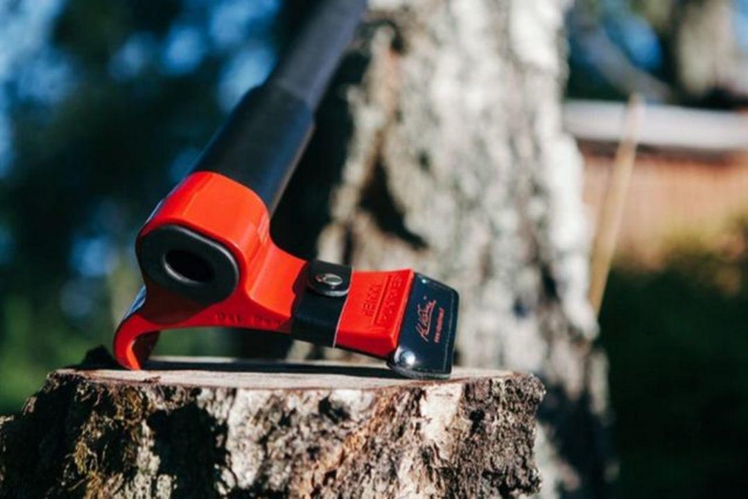 筋肉だけで薪を割るのはもう時代遅れ、薪割り斧の進化系「Leveraxe」