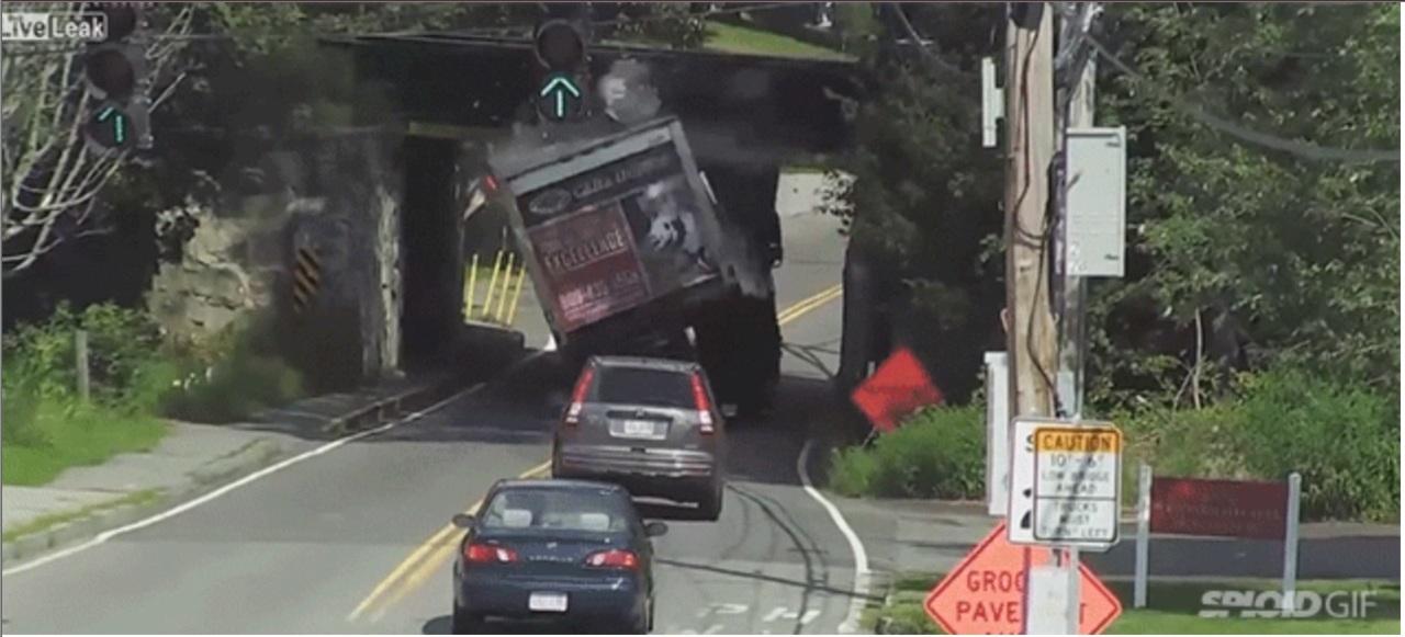 橋の下を通るトラックがエライことに