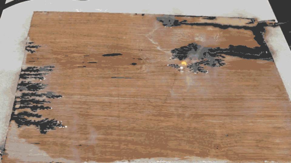 木版からフラクタル模様が浮かび上がる電気アート