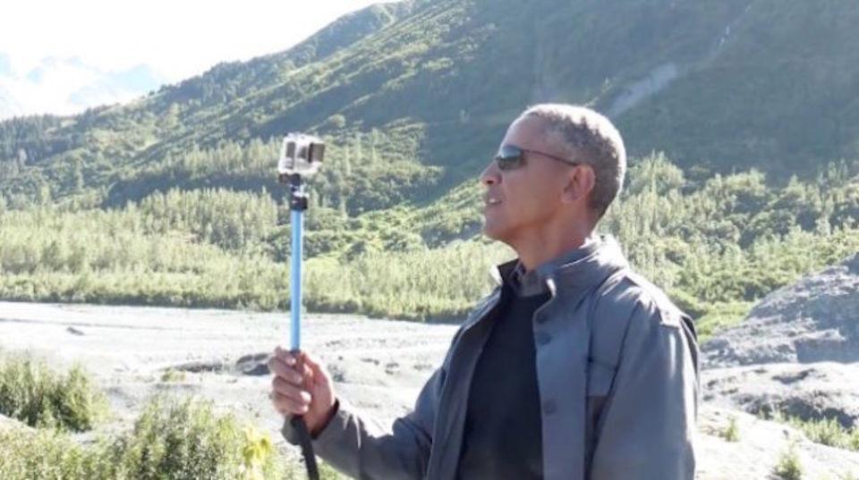 オバマ大統領、セルカ棒片手にアラスカを練り歩く