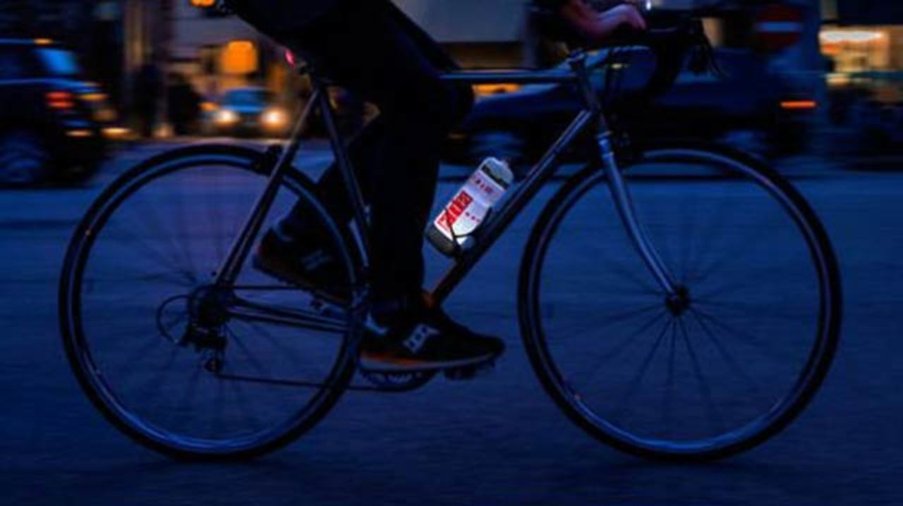 ノドを潤す! 夜道で光る! 自転車乗りに嬉しいボトル