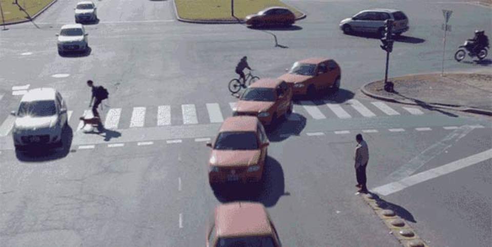 車も人もすり抜け合う、この交差点どうなっとんの?
