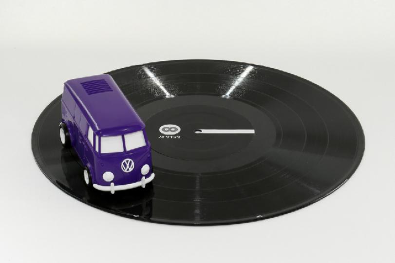レコードの上を走って音楽を奏でる、お洒落で可愛い「RECORD RUNNER」