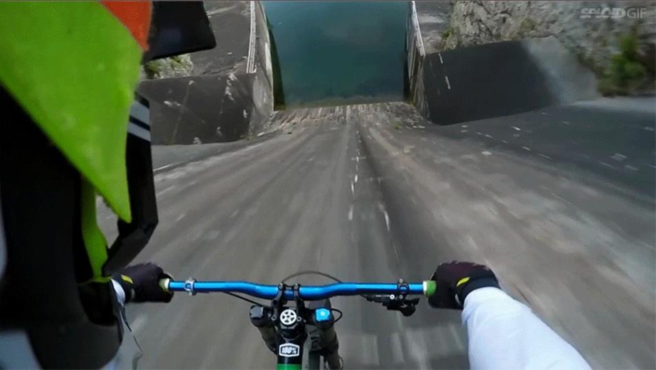 自転車が90度の坂をまっしぐらに下るクレイジーな動画
