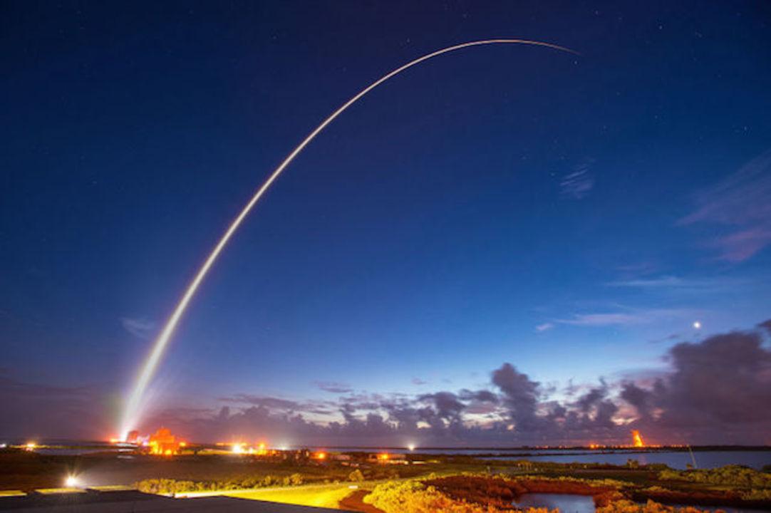 息をのむほど美しい。人工衛星が暗闇に打ち上げられる瞬間