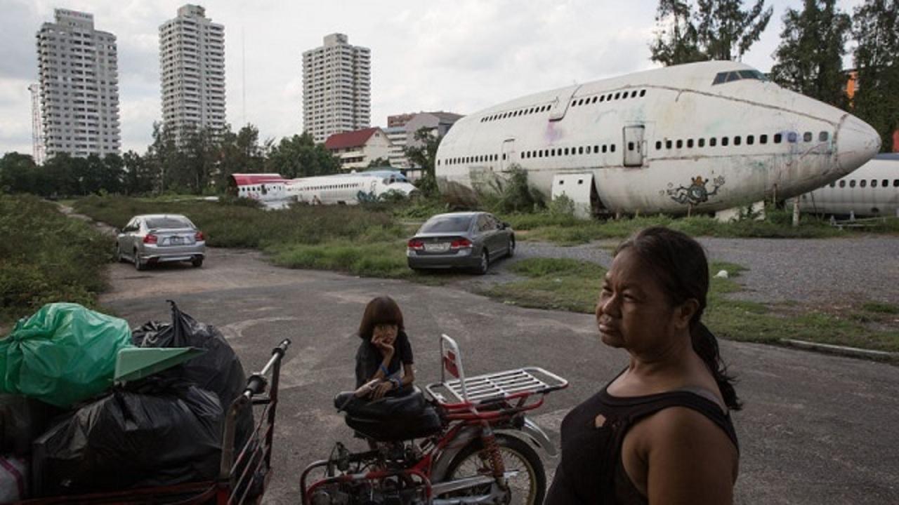 バンコク発、おんぼろ旅客機に暮らすホームレス家族の日常風景