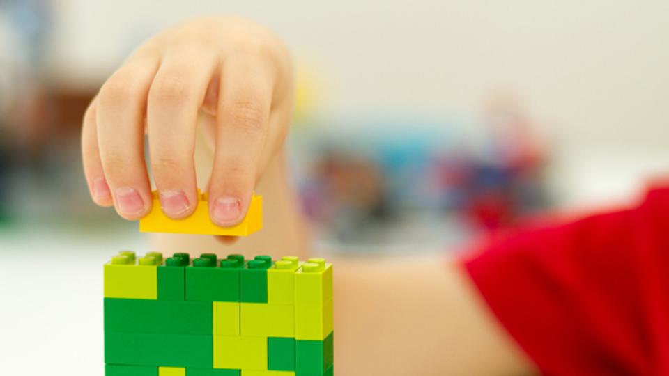 カリフォルニア大学の幼稚園では、ロボットがレゴで遊んでいる
