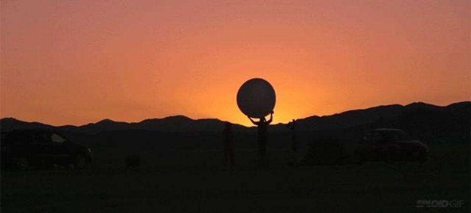 太陽系を砂漠の広大な空間で再現したタイムラプス