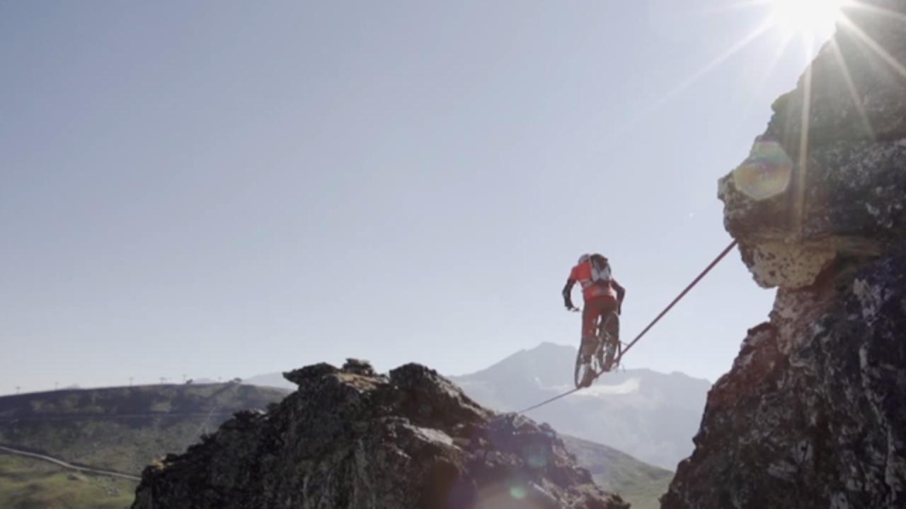 111メートルの渓谷でマウンテンバイクの綱渡り。見るのも怖い
