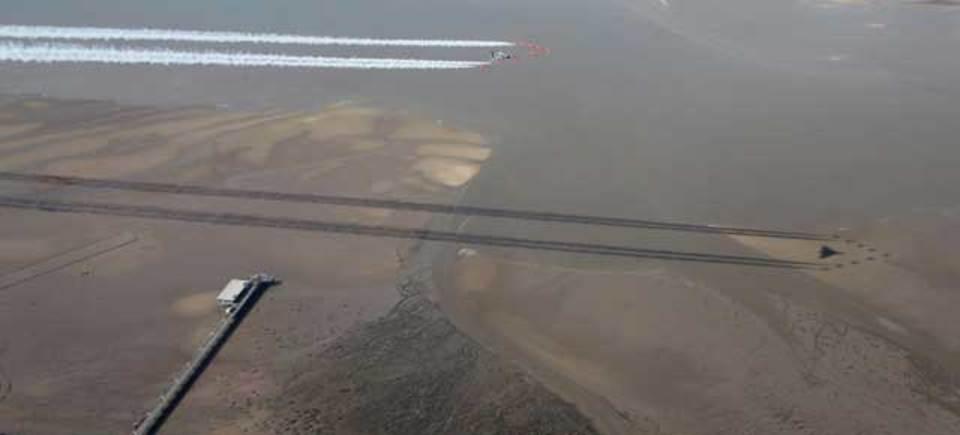 イギリス空軍アクロバットチーム「レッドアローズ」、影すらもビシっと美しく