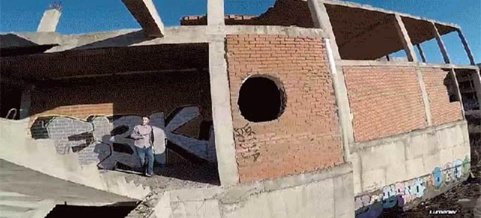 高速ドローンで廃墟を飛び回る、ドローン視点の迫力映像