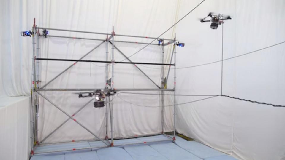 ロープを張る、結ぶ、編む。複雑な動きで橋を架けるドローンたち