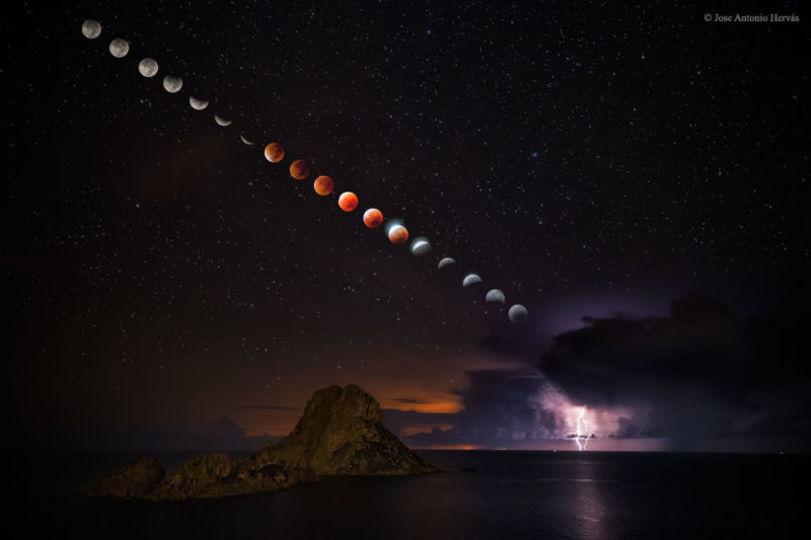 スーパームーン+皆既月食+稲妻の幻想的なショット。イビザ島から