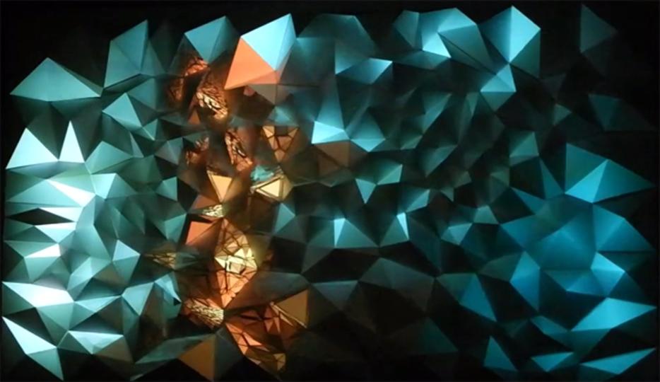 凸凹の壁に投影したインタラクティブアートに五感が揺らされそう
