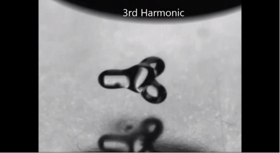 音の振動に合わせて形を変える水滴の動画