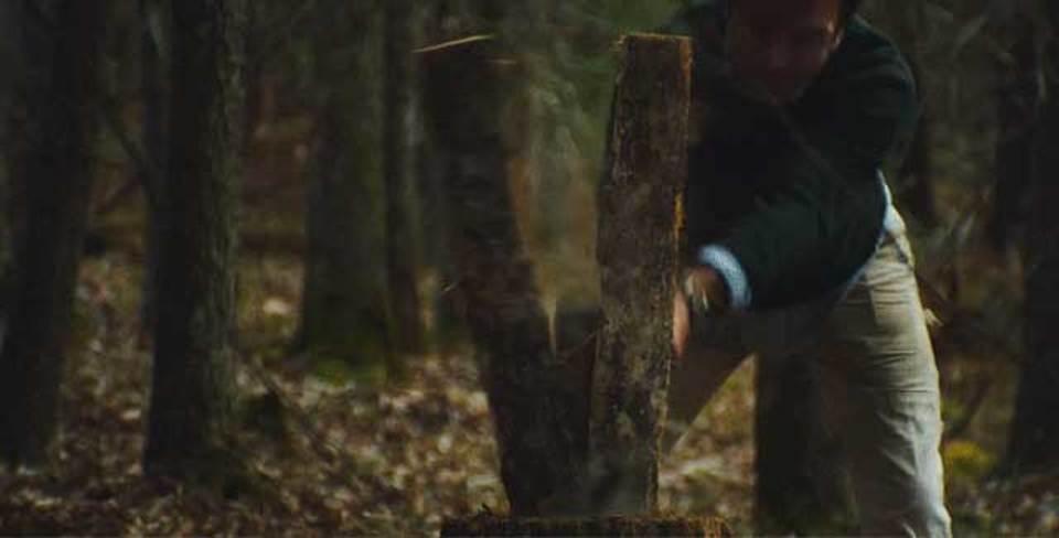 木を切り、薪を割り、手作りする自分だけの椅子