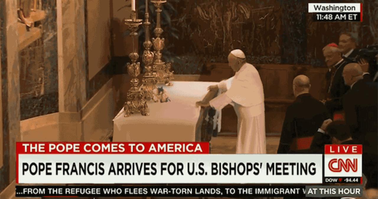 ローマ教皇フランシスコ、テーブルクロス引きに大成功!