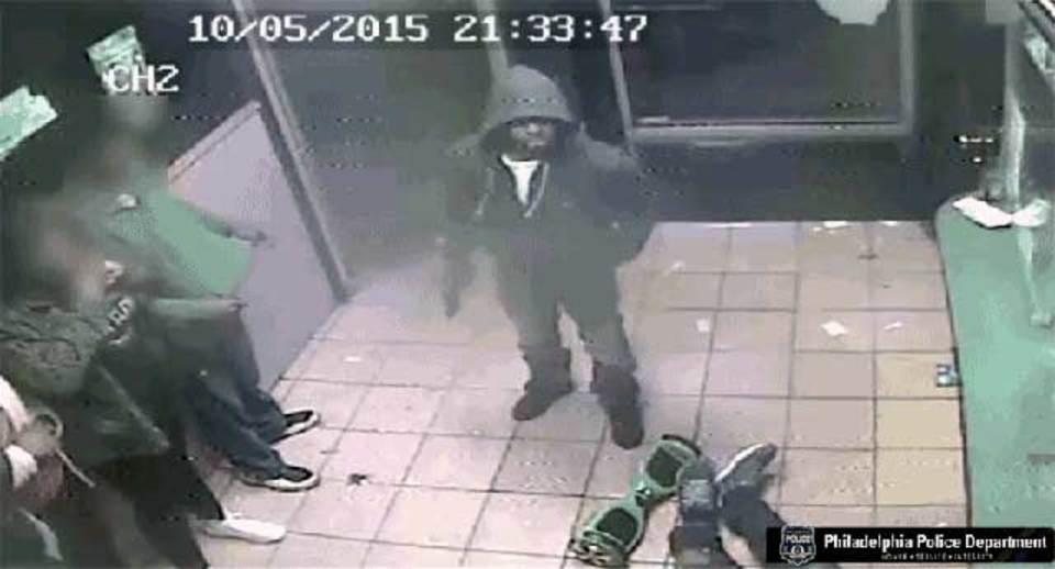 銃を突きつけ「ホバーボード」を奪う強盗…それホバーボードか?