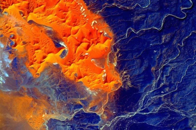 広がる色とりどりの世界。宇宙から見たサハラ砂漠の画像