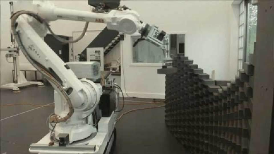 ブロックを積むロボット。建設現場がロボット開発に最適な理由