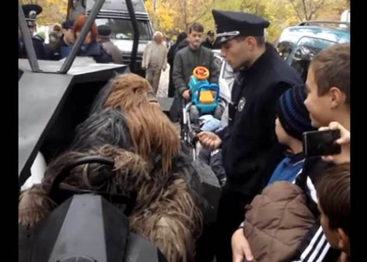 チューバッカ、ウクライナで逮捕される。ダース・ベイダー市長候補の応援に駆けつけていたもよう