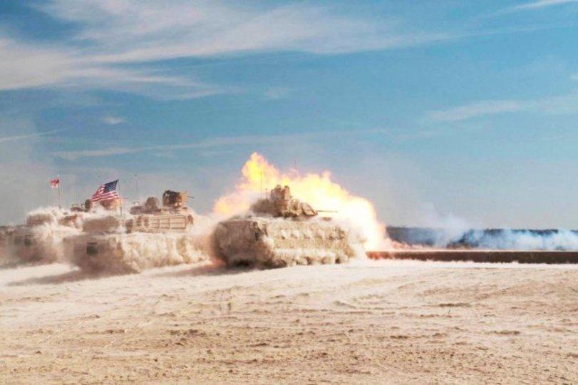 実弾演習中の戦車とらえた写真、まるで砂の彫刻