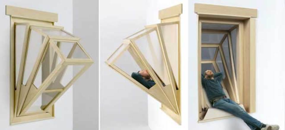 狭い部屋にも癒しの空間、バルコニーのような窓