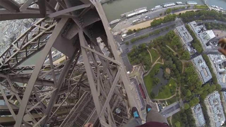 エッフェル塔に登る、中からじゃなくて外からね
