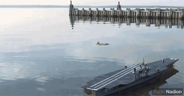 ミニ空母に着陸するミニ戦闘機。妙にリアルな緊張の一瞬をご覧ください