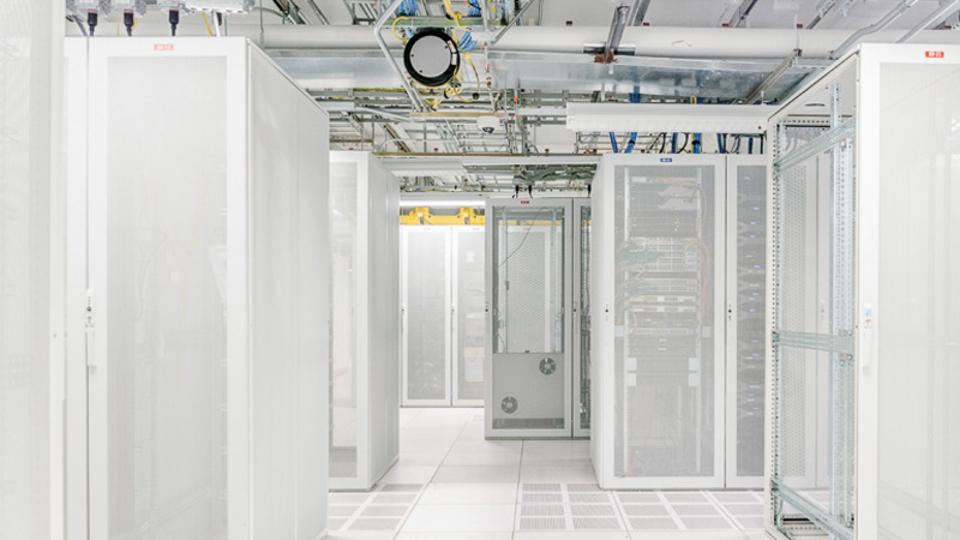 ニューヨークの古いビルのなかに広がる、データセンターの世界をちょいと覗き見