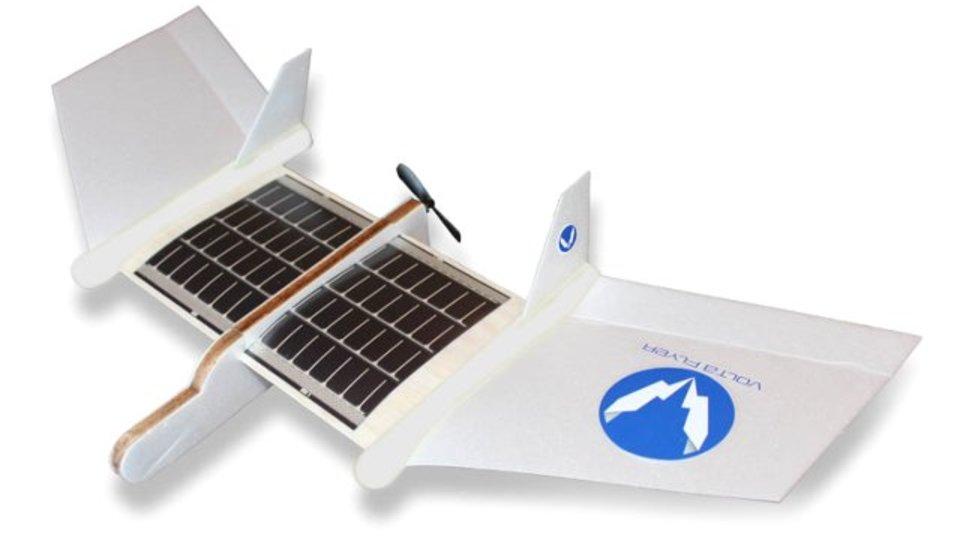 飛行機のおもちゃを飛ばしたいなら、ソーラーパネルで太陽エネルギーを90秒チャージ!