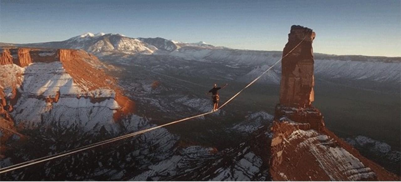 高すぎて見られない。地上120mのロープを徒歩で渡った世界記録男の決定的瞬間