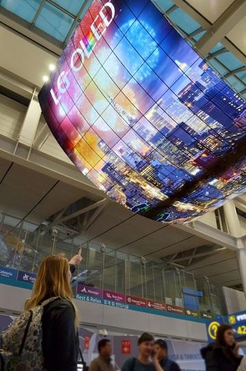 ド迫力! 凧のような世界最大の有機ELディスプレイ