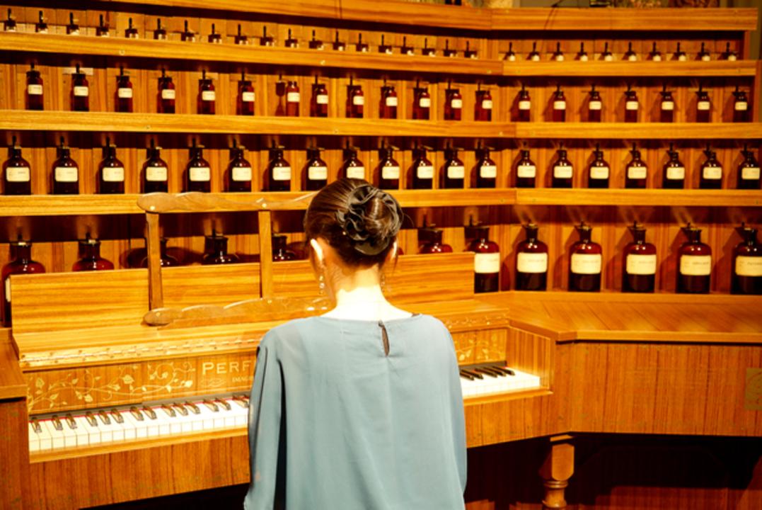 原案は150年前。香りを弾くオルガン「Perfumery Organ」