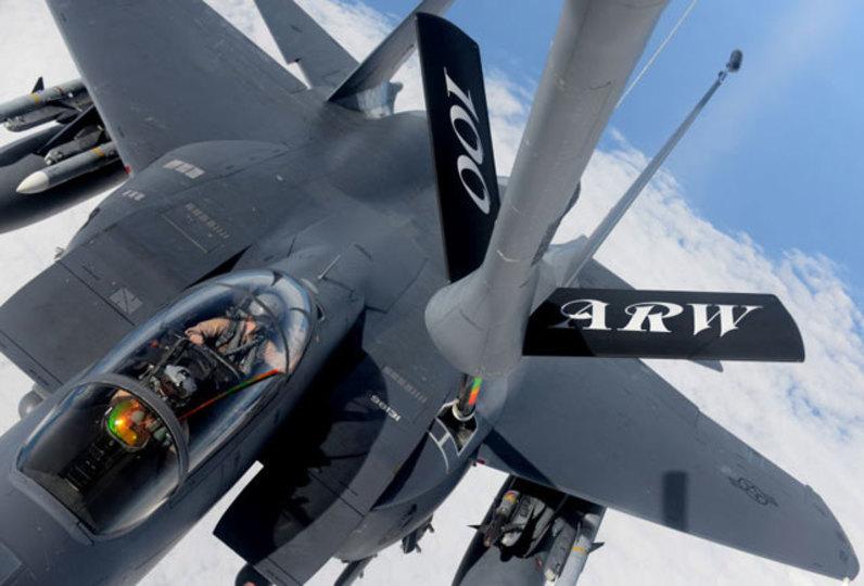 戦闘機に空中燃料補給、空中給油機からの視点