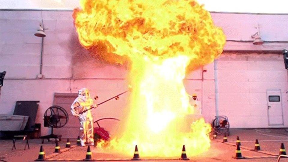 ※危険※ 燃える油に水を注ぐとこうなる
