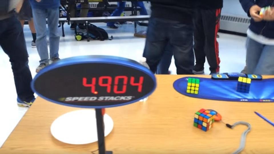 ルービックキューブで新記録達成! 5秒の壁破る!