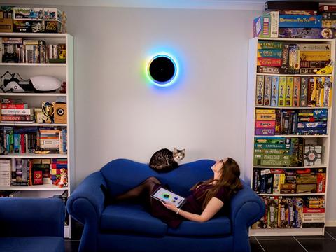 光のグラデーションで時間を知らせるモダンでアナログな壁掛け時計