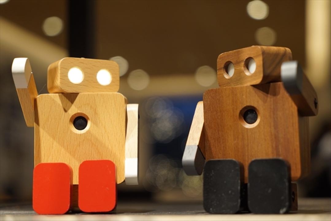 ご主人様のお出迎えをしてくれるすごいやつだよ。LED照明ロボット「OKAERI ROBOT」