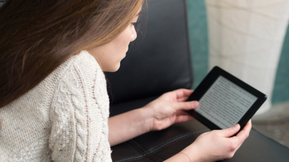 電子書籍、日本で流行らない? 紙で読む派が9割超に