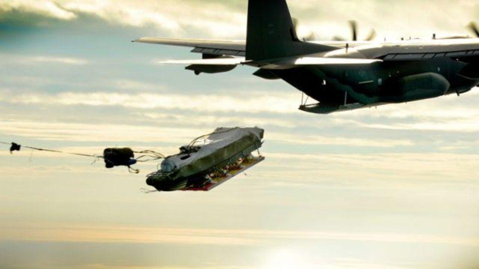 複合艇が輸送機から空中投下される美しい瞬間