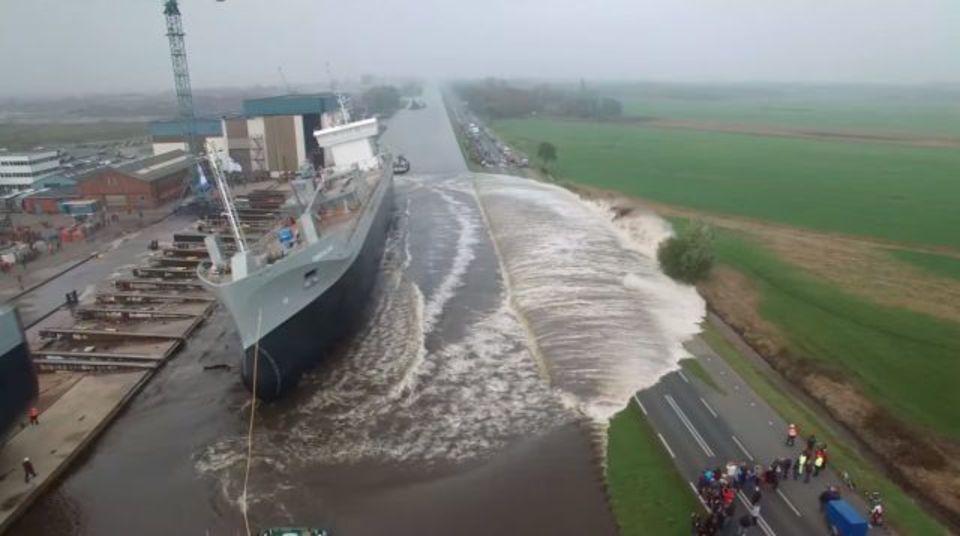 完成した貨物船が着水する様子が大迫力