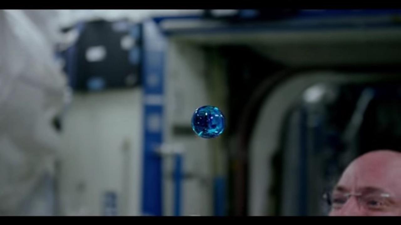 神秘的な光景が広がる、宇宙空間での水遊び