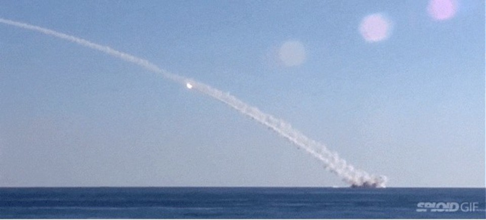 ロシア軍の潜水艦がシリアを爆撃する姿を捉えた動画