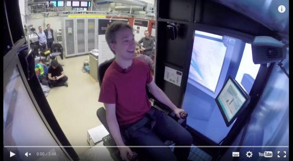 重機のシミュレーターで遊ぶ人がめっちゃ楽しそう