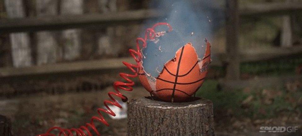 バスケットボールに空気をパンッパンに入れると爆発するよ!