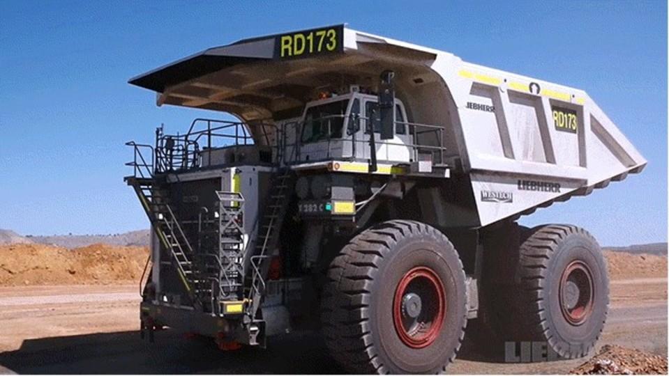 まるで建物。超巨大トラックの製造工程をまとめた動画