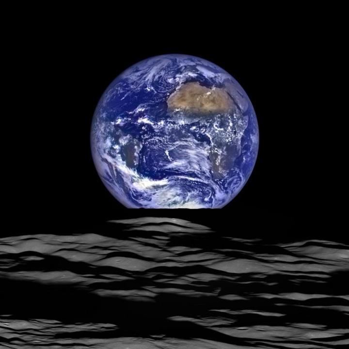 月から見る「地球の出」ってどう映るのかしら?