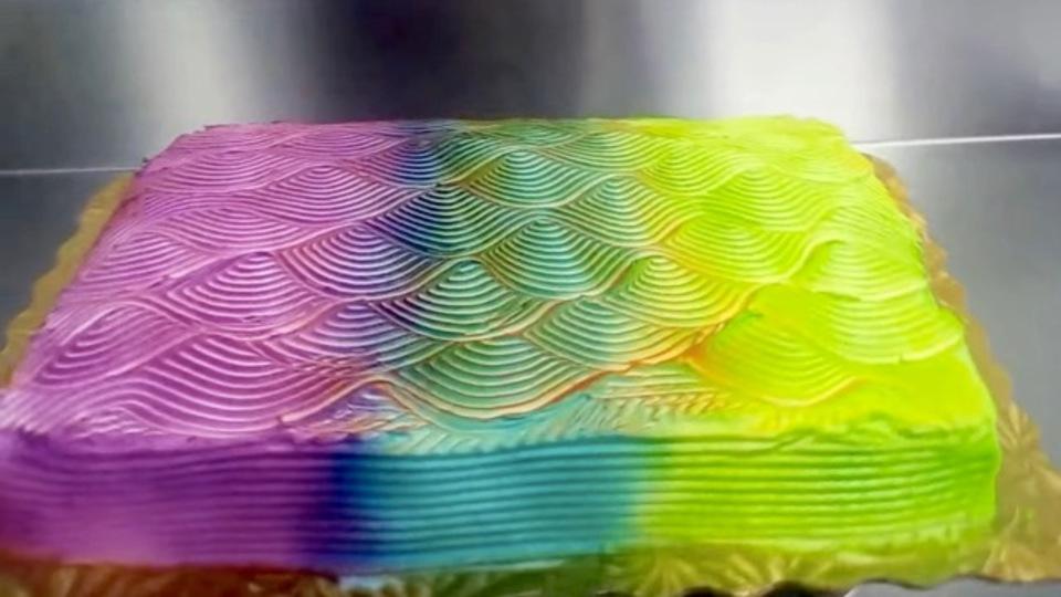 カメレオンのように色を変えるケーキに食欲がそそられているのか自信がありません